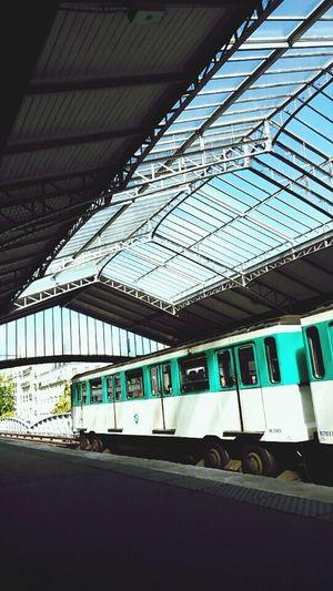 Les beaux jours sont comptés. Notes From The Underground Paris Metro School Sky And City