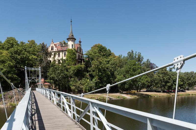 Deutschland Grimma Hotel Schloss Gattersburg Hängebrücke Ufer Fluss Historisch Klarer Himmel Mulde Sachsen Tag