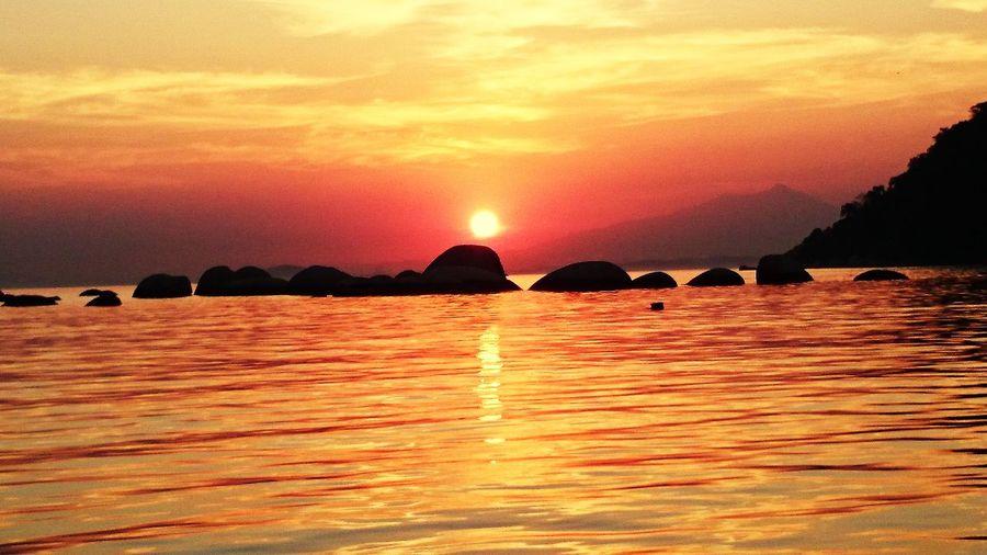 Pequena pequena entre o sol e o mar... First Eyeem Photo
