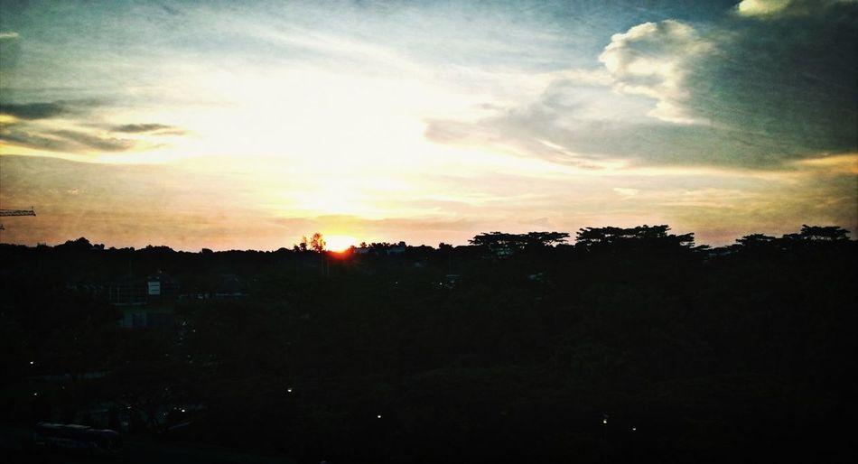 Repose Sunset Singapore #sunset #sun #clouds #skylovers #sky #nature #beautifulinnature #naturalbeauty #photography #landscape Catchherfart