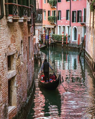 Venise Gondola - Traditional Boat Cultures Canal Travel Destinations Travel Gondolier Tourism Transportation Tourist Vacations Rear View People Nautical Vessel Adult Rowing Outdoors Only Men Day