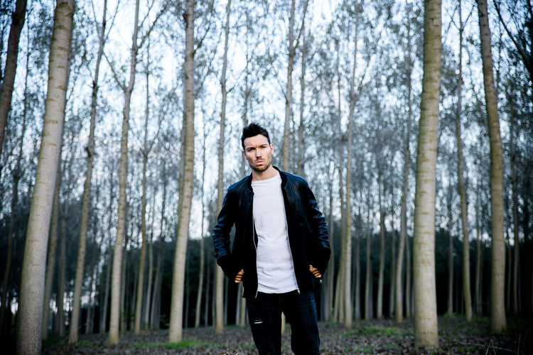 Adult Adults Only Day Forest Men Nature One Man Only One Person One Young Man Only Only Men Outdoors People Sportsman Three Quarter Length Tree Tree Trunk Young Adult Young Men