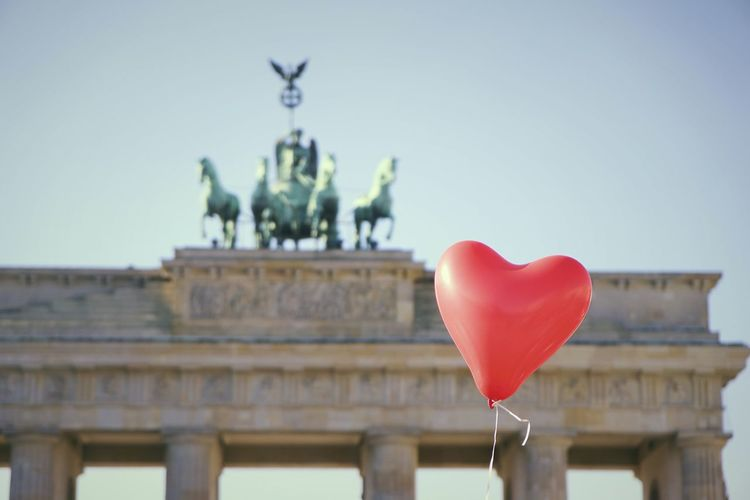 Capture Berlin Brandenburger Tor Berliner Ansichten Germany Bestoftheday Perspective Architecture Berlin Valentine Heart Popular Photos Famous Place Iconic Contrast The Photojournalist - 2018 EyeEm Awards The Traveler - 2018 EyeEm Awards