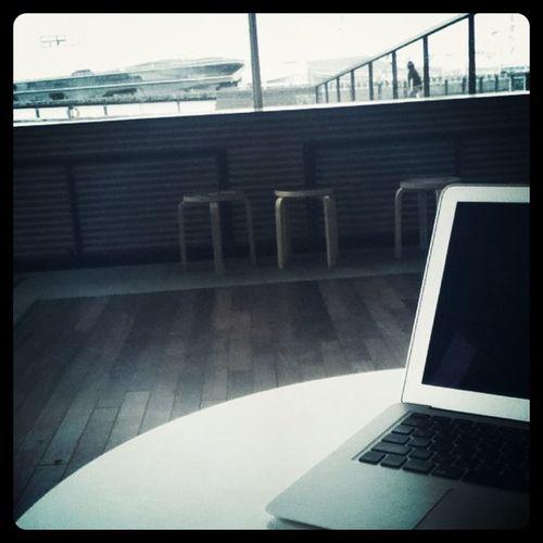 海を眺めながら仕事中