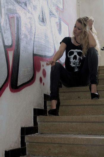 Fashion Mode Fashion Immeuble Abandonné Graffiti Art Graffiti Tag Femme Women Smoke Street Art Girl Von Stein Art De Rue Lifestyles Freelife The Portraitist - 2016 EyeEm Awards The Street Photographer - 2016 EyeEm Awards