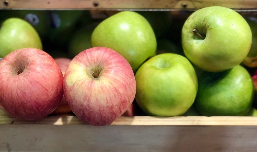 Red apple and green apple Food And Drink Food Healthy Eating Fruit Apple - Fruit Freshness Wellbeing Still Life Green Color Apple Close-up No People Indoors  Granny Smith Apple Table Choice Variation Wood - Material Red Group Of Objects