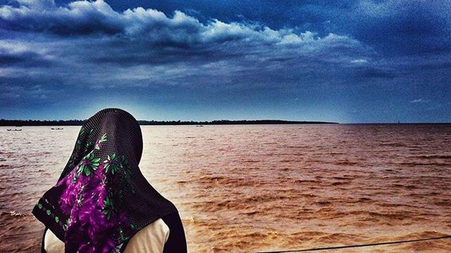 Mngpa saya berfoto dari belakang ? karena saya ingin menikmati angin laut dan keindahan alam semesta yg diciptakan oleh tuhan . Kebhagiaan yang klian rasakan belum sempurna seblum anda merasakan kebhagiaan yang timbul karena merasakan keindahan alam yg diciptakan allah swt .😊 Jangan dirmh aja budies ,indonesia itu indah loh ......😄 Jambi Explorejambi Jambiku Taujambi Jalan2man Fotografia Mtmajambi Mtmaindonesia Travelling Pejalan Refreshing Ayodolan