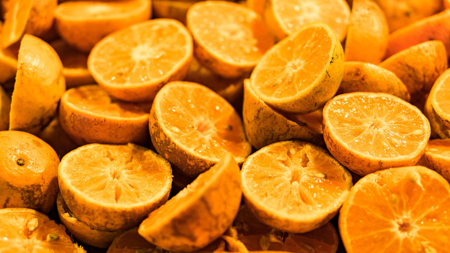 The green oranges that are cut into chin Abundance Still Life Ripe Sour Taste Indoors  Full Frame Orange - Fruit No People SLICE Large Group Of Objects Orange Color Citrus Fruit Wellbeing Food Healthy Eating Food And Drink Cross Section Fruit Freshness Orange Close-up