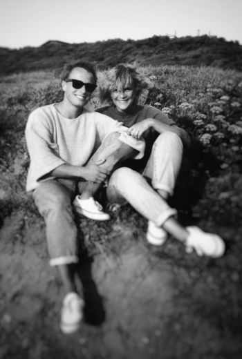 Blackandwhite Friends Frankreich Urlaub France Damals Portrait Men Full Length Smiling Togetherness Sitting Friendship Happiness Women Couple - Relationship