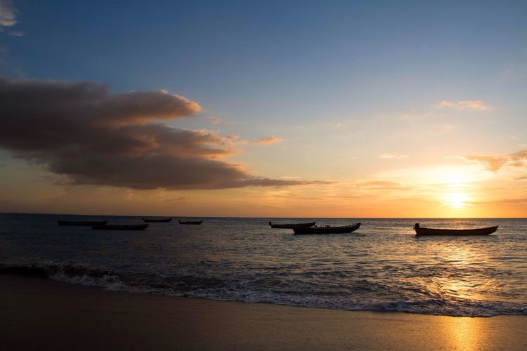Sunset Boats Boats In The Sea Beach Ocean Boats In Sunset Placid Water Golden Hour Waves
