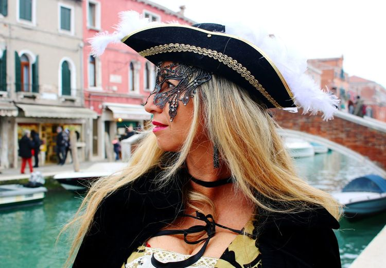 Madame Spiumella Autoritratto Carnevaledivenezia2019 Beautiful Day Blonde Girl Masked Portrait Masks Venezianas Mask Carnival Costumes Baroccostyle Madame Gondola - Traditional Boat Water Young Women Beautiful Woman Portrait Headshot Happiness Standing Hat Travel Gondolier Grand Canal - Venice Venice - Italy Venetian Lagoon Visiting Doges Palace