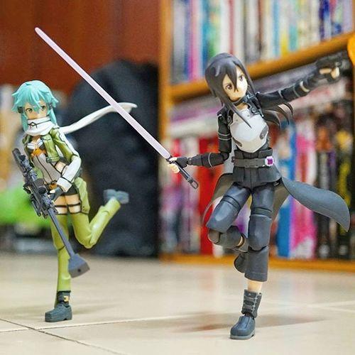 Sinon & Kirito running for cover..Figma Figmania Figmagram Xperia_knight Toyinstagram Saoalo Sao Ggo Gungaleonline Toymalaysia Figmamalaysia