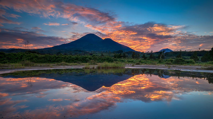 sunrise reflection Sunrise EyeEm Best Shots EyeEmNewHere EyeEm Gallery INDONESIA Sky And Clouds Skyscraper Golden Hour Landscape Earth_Collections Mountain EyeEm Nature Lover Dramatic Sky Mountain Peak Reflection Sunlight Landscape Nature Photographer My Best Photo Water Tree Sunset Beauty Lake Summer Arrival Reflection Sky Reflection Lake