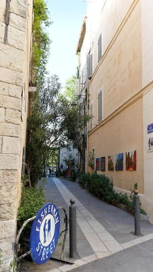 Le panier Street Streetphotography Street Photography Marseille Cityscape Street Art Streetart Street Art Photography Tree Architecture Sky Built Structure Building Exterior Street Scene Road Sign