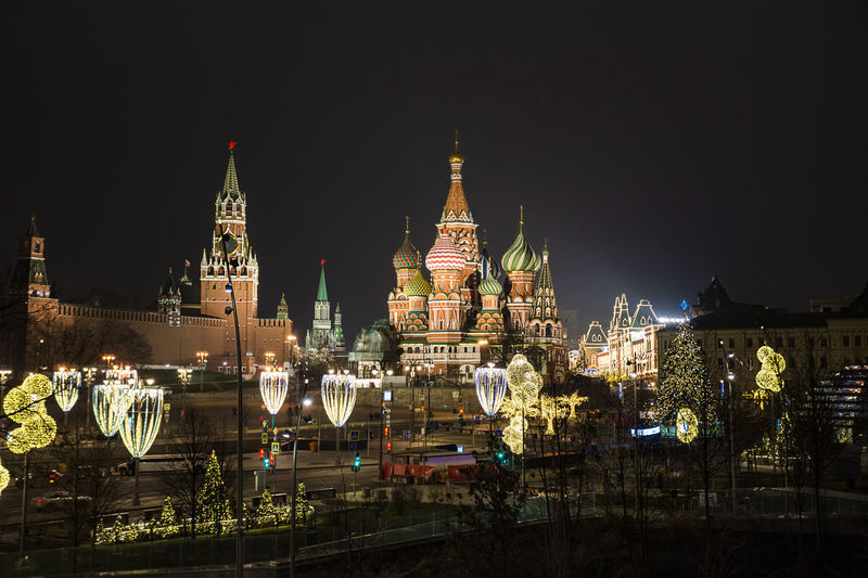 Illuminated st basil cathedral in moscow city at night
