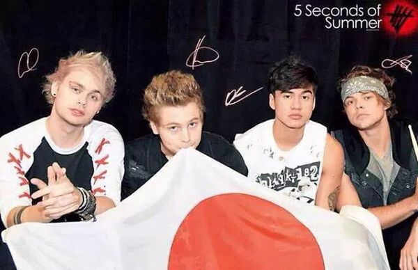 5sosrockoutwithyoursocksout 5SOS Love Band