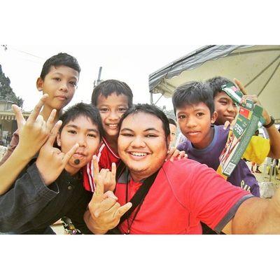 Wefie bersama adik2 mangsa Banjir di Kelate Prayforpantaitimur