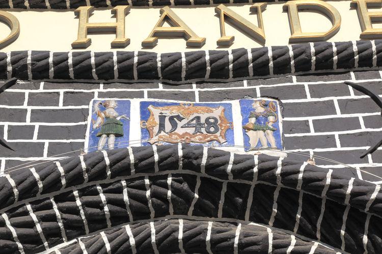 House inscription on the building of the Chamber of Commerce in the former sand quarter of the historic old town of Lüneburg - Lower Saxony - Northern Germany - Hausinschrift am Gebäude der Handelskammer im ehemaligen Sandviertel der historischen Altstadt von Lüneburg - Niedersachsen - Norddeutschland Europa; Europe; Deutschland; Germany; Norddeutschland; North Germany; Northern Germany; Niedersachsen; Lower Saxony; Stadt; Town; Hansestadt; Hanseatic Town; Lüneburg; Lueneburg; Lüneburger; Lüneburgs; Altstadt; Old Town; Sandviertel; Sand Quarter; Archit Architecture Communication Day No People Outdoors Steps And Staircases Text Luneburg Historic Old Town Lüneburger Altstadt Eyeem Travel Travel Destinations Lüneburg-Bilder Lüneburg-Fotos