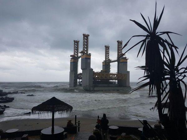 Plataforma encayada en la playa santa Ana Benalmádena Costa