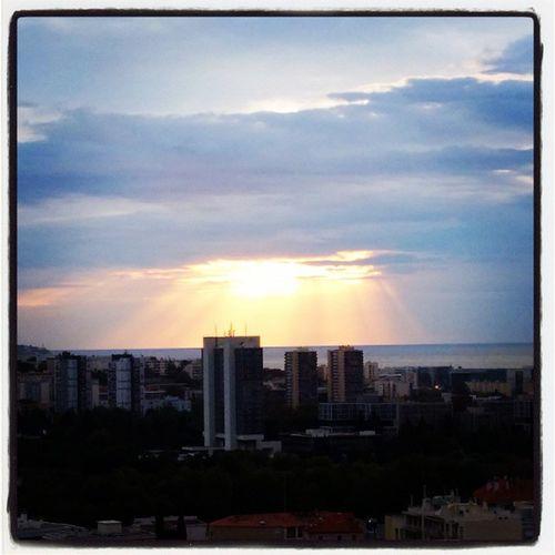 Dernier lever de soleil au sud avant retour sur Paris Soleil Leverdesoleil Sunrise Saintlaurentduvar stlaurentduvar cotedazur var visitcotedazur