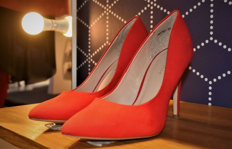 Schuhe  Close-up Elégance Fashion Flooring Focus On Foreground Hardwood Floor High Heels Illuminated Luxury Pair Personal Accessory Pumps Red Rote Absatzschuhe Seat Shoe Stiletto Still Life Stöckelschuhe Table Wood - Material