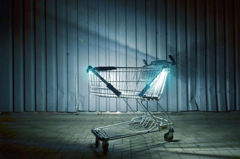 Einkaufswagen mit neonlicht
