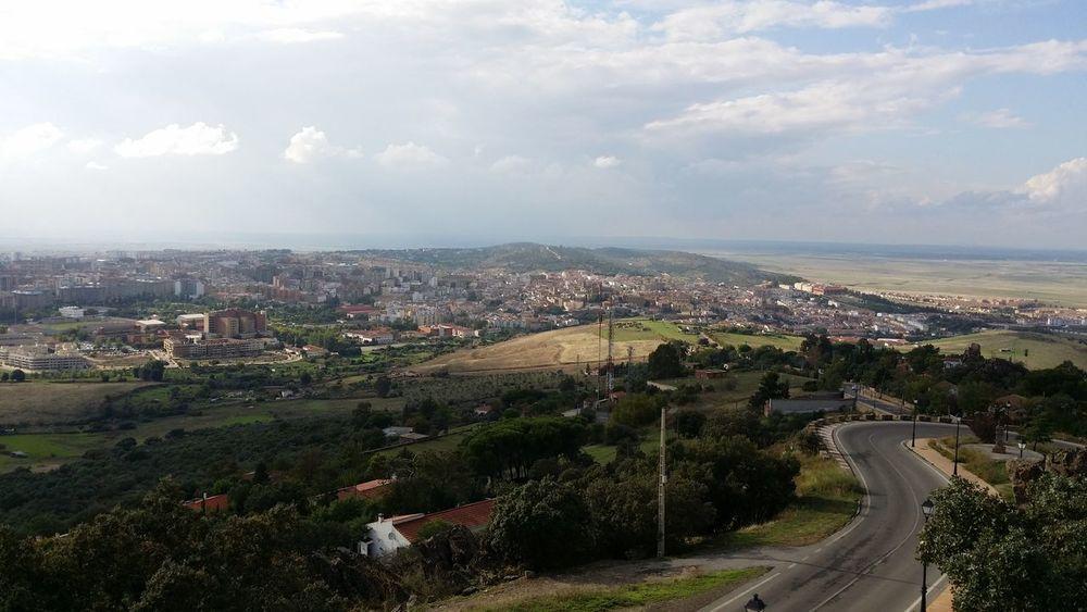 Al fondo Cáceres desde la virgen de la montaña. Taking Photos Enjoying Life Pueblos De España Hello World