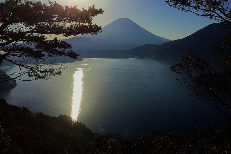 2018.10.22 #富士山 #本栖湖 本栖湖 富士山 Water Tree Beauty In Nature Sky Tranquility Plant Mountain