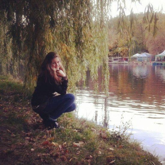 А осень -осень, небо на закате лета В день рождения дарит краски  октября . листья на асфальте пляшут под ногами И прохладный дождик, осень -это я! осень парк голосеевский Киев красота