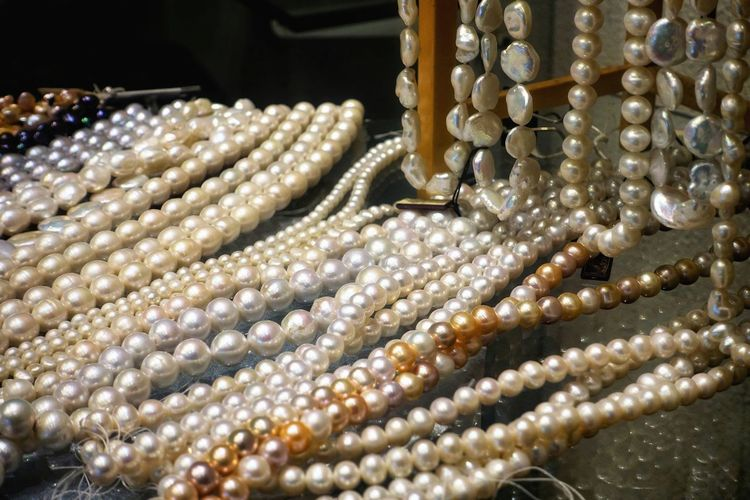 Jewelry Pearl Jewelry Necklace Luxury Fashion Elégance Precious Gem Gift Pearls Natural Women Girls White Rich Various Wealth Abundance Retail  Large Group Of Objects Bead Close-up No People Indoors  Shiny Store Variation Jewelry Store Personal Accessory Birthday Present Shining