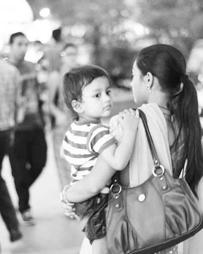 """"""" Mother <3 """" Parents Love Kids Family Street Streetphotography Blackandwhite B &w Cp ConnaughtPlace Delhi India Photo Photograhylovers Travelphotography Travel Clicks Love Photographer Gulfam Fotofinch Followme"""