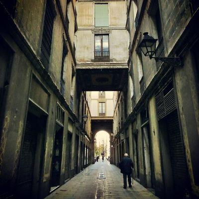 I love these narrow alleys. Barcelona #splendiaHotels #ig_cityGuide splendiaHotels #splendiaHotels1k Ig_cityguide Splendiahotels Splendiahotels1k