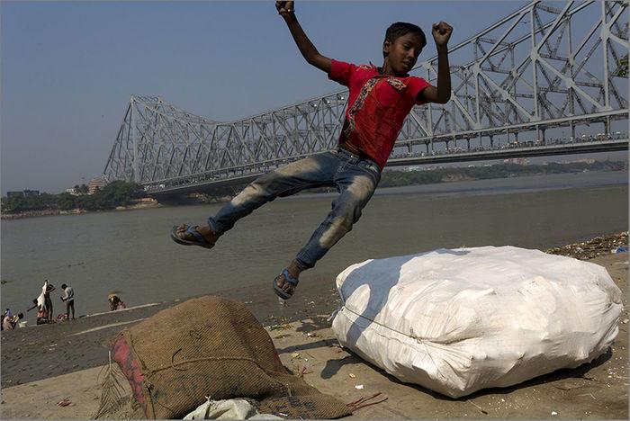 Having fun on Mullick Ghat Calcutta Full Length Fun I I Ndia Jumping Kolkata Leisure Activity Looking Down Mullick Ghat Northern India One Person People First Eyeem Photo