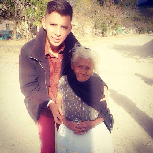 Ella es doña Ester a sus 90 años es una excelente persona llena de positivismo migran amiga y disfruto escuchas todas sus historias