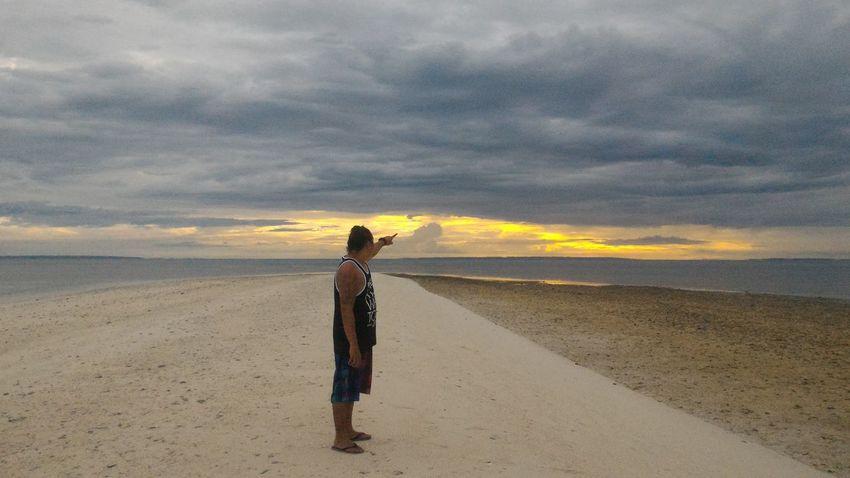 Kunin mo sa araw yung pake ko. Bilisan mo lulubog na! Kickassmonti Eyeem Philippines Sunset Kalanggaman Island Sandbar Travel Backpacking
