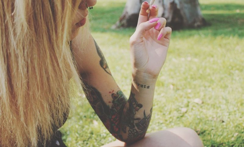 Blond Hair Cnslsnchz Fotografia Tattoo One Person Real People Leisure Activity Lifestyles Grass Human Hand Focus On Foreground Holding Land Human Body Part Midsection Nature Field Hand Women Plant Day Adult Body Part Outdoors