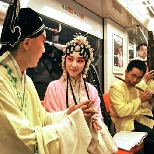 南京:昆曲大美,地铁有戏。 chinese opera on metro. Chineseopera .Chinesetraditionalculture China Beautifulchina Art Amazing