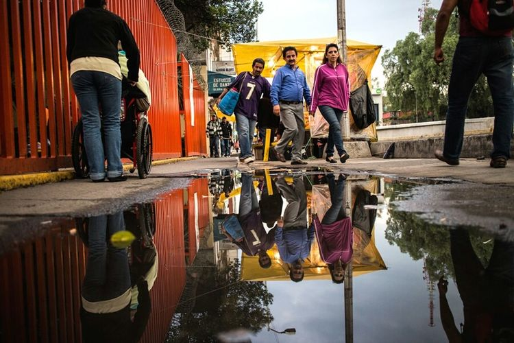 Urban oceans.🌊 Streetphoto_color Streetphotography Reflections City Life EyeEmBestPics Mexico City Walking Around People