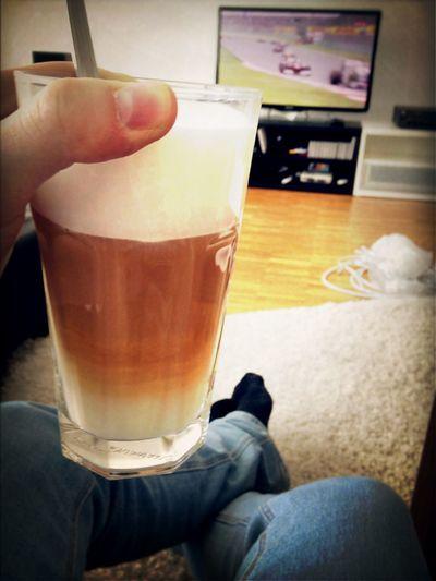 Ein Halber Liter Latte Und Rennsport