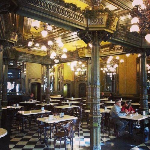 Desayuno en uno de los cafés mas emblemáticos de España Notieneprecio , bueno, si...