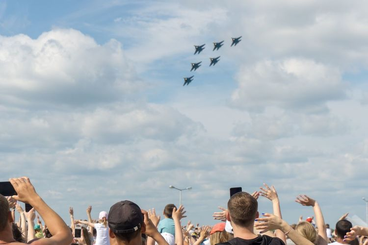Cloud - Sky Sky Flying Group Of People Real People Airshow Airplane Lifestyles Transportation Air Vehicle People Mid-air The Photojournalist - 2018 EyeEm Awards Summer In The City Be Brave 50 Ways Of Seeing: Gratitude
