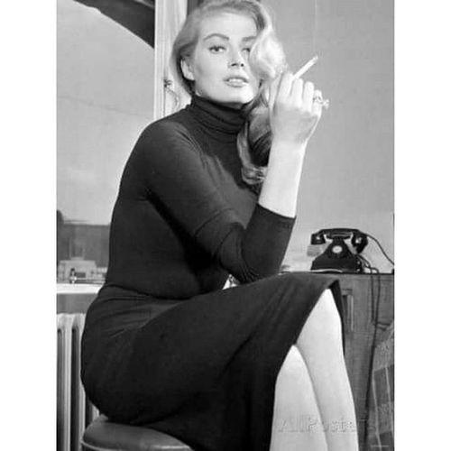 Anitaekberg Rip Unutulmaz_kadınlar Bana göre eski kadınlar çok daha güzelmiş .... Benim gb eski brodway müzikal filmleri seyrederek büyüyenler anımsar O zamanın en güzel kadınlarından biri anita ekberg toprağın bol olsun 🙏 Her zaman favorim Marilyn Monroe olucak tabii
