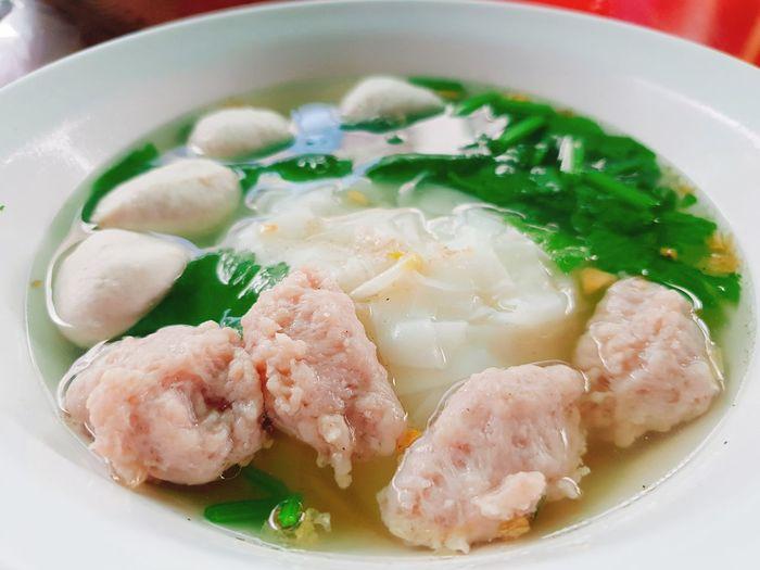 Thai noodle with porkball Noodle Soup เส้นใหญ่น้ำใส่หมู EyeEm Selects Thaifood ThaiFoodGoodTaste Tamleung Coccinia Grandis Low Vegetation ผักตำลึง ผักทอดยอด หมูเด้ง ก๋วยเตี๋ยวหมูเด้ง เส้นใหญ่ ลูกชิ้นหมู Dumpling  City Winter Meat Soup Chinese Food Seafood Vegetable Plate Soup Bowl Asian Food Vegetable Soup Soy Sauce Ramen Noodles Chopsticks
