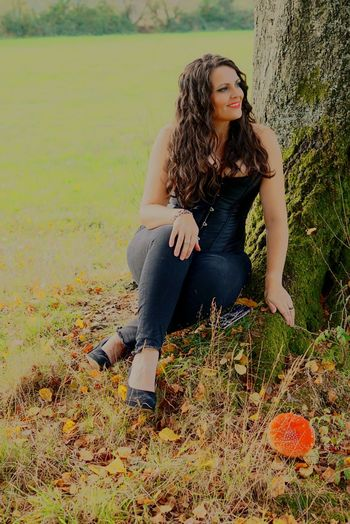 Mushroom Mushrooms 🍄🍄 Mushrooms Añoranza Galicia Miñaterragalega Chica Mujer Campo Setas Artistic Bella Beauty Portrait Full Length Sitting Beautiful People Rural Scene Women Females Thoughtful Countryside Wavy Hair Head And Shoulders Day Dreaming Thinking Pretty