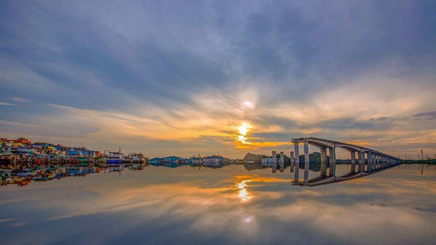 好心情(1) EyeEm Selects Sky Sunset Water Cloud - Sky Nature Architecture Scenics - Nature Illuminated Built Structure Tourism Reflection Beauty In Nature Crowd Outdoors Group Of People Sea Travel Pier City