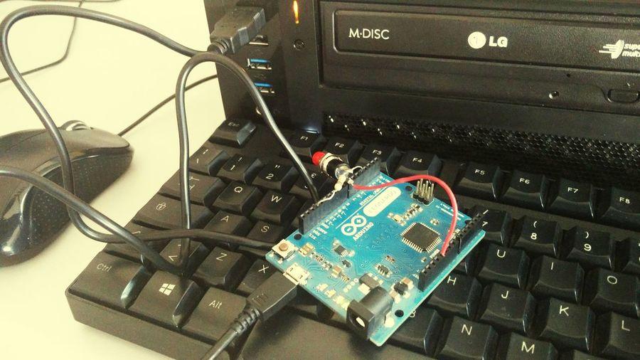 vi sfido a indovinare cosa ho appena inventato. è un aggeggio che sottolinea la mia pigrizia Arduino Technology Computer Computer Chip
