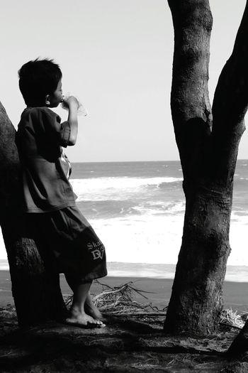 Kebahagiaan seorang anak tambal ban dengan sebuah ayam bakar Beachphotography Littleboy Black & White EyeEm Indonesia