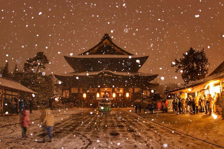 ライトアップの五分前❗コレもなんだかステキ😆 一目惚れんず 善光寺 (zenko-ji Temple) 長野灯明まつり Star - Space Illuminated City Astronomy Galaxy Arts Culture And Entertainment Cold Temperature Winter Sky Architecture