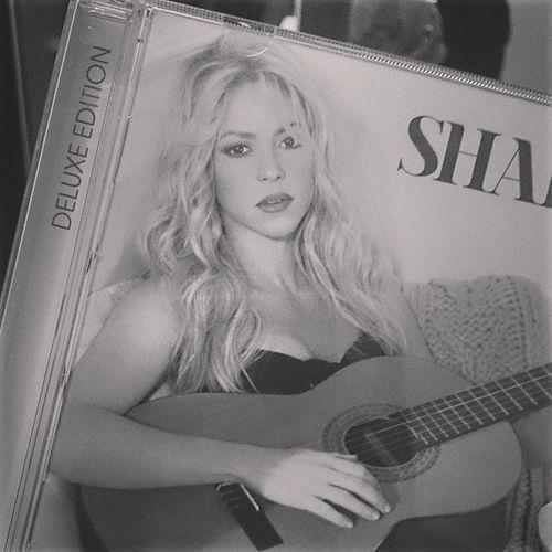 En la arena escribi lo que te llego amar Y aun no lo borra ni la sal del mar Shakira Locaporti
