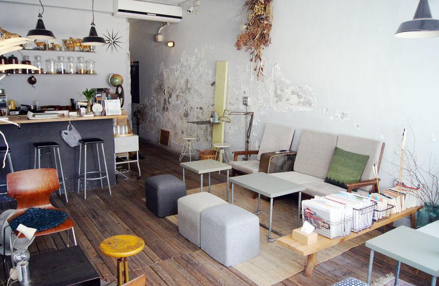 台南老街裡,正上演著關於藝術家新作品發表,來參與的人們,有些在一樓靜靜的欣賞著作品,一些則在二樓喝著茶 或 咖啡,想著,就這樣吧,時間就停留在這吧。 More Detail:https://goo.gl/XZGwaI Caffee Caffee Shop Japanese Style Sofa Soft Tainan Taiwan Tea Tea Time White 中西區 台南 台灣